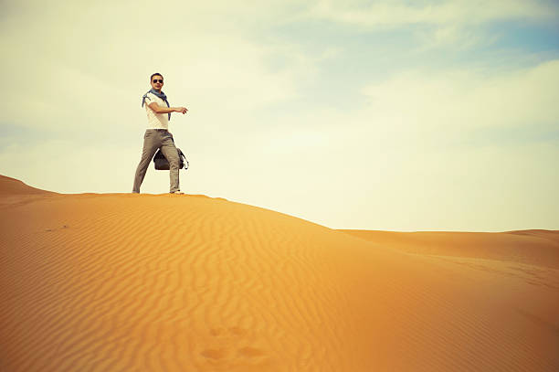 mann in der wüste - soup_studio stock-fotos und bilder