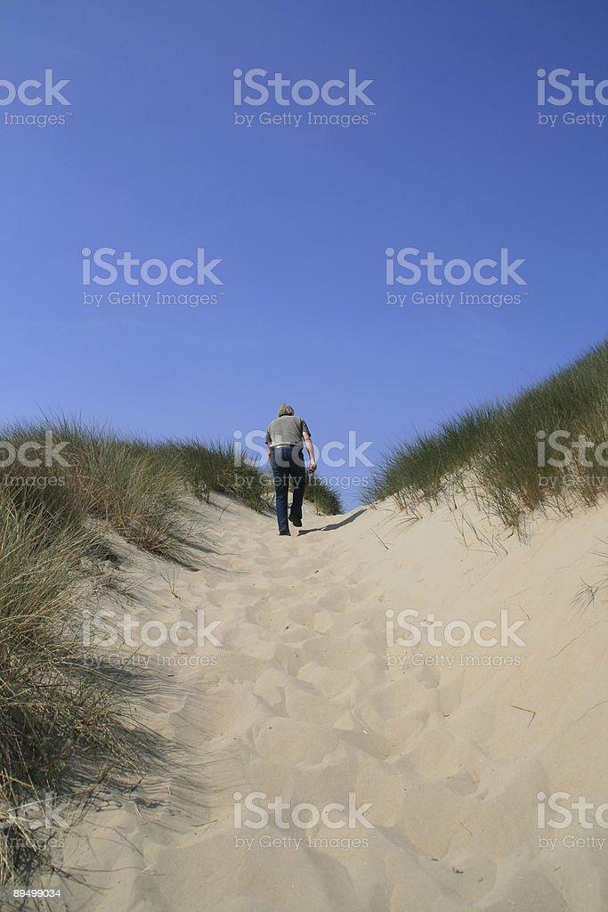 Uomo in olandese dunes foto stock royalty-free