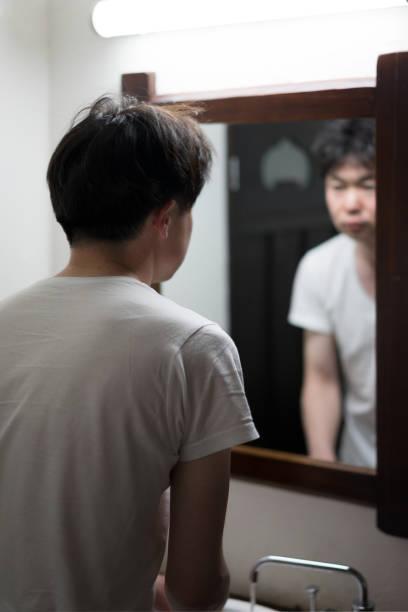 鏡の前にいる男 - people of color ストックフォトと画像