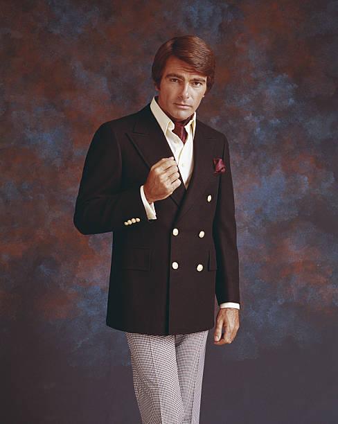 człowiek w pełny garnitur stoi przed wieloma kolorowym tle, por - archiwalny zdjęcia i obrazy z banku zdjęć