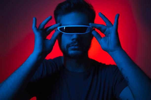 man in futuristic glasses in darkness - vr red background imagens e fotografias de stock