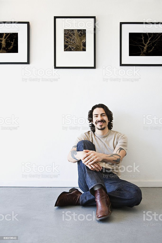Man in gallery smiling foto stock royalty-free