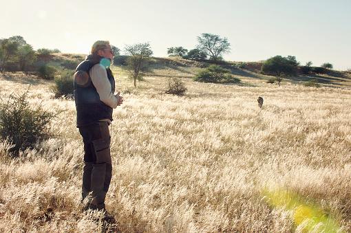 접근 하는 치타와 잔디에 남자 가까이 옴에 대한 스톡 사진 및 기타 이미지