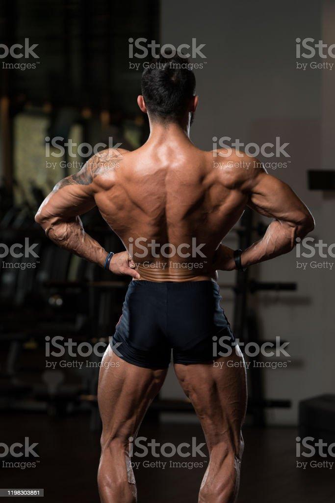 Mann trainierter körper ᐅ Definierter