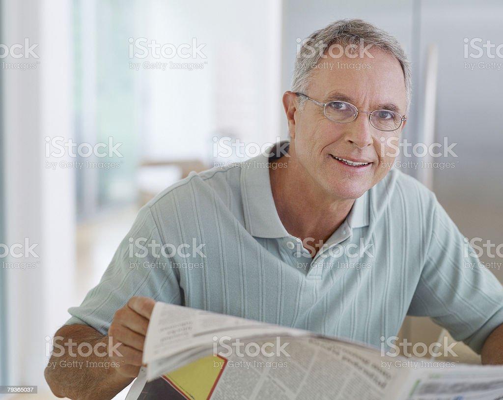 남자 키친 독서모드 뉴스페이퍼 royalty-free 스톡 사진