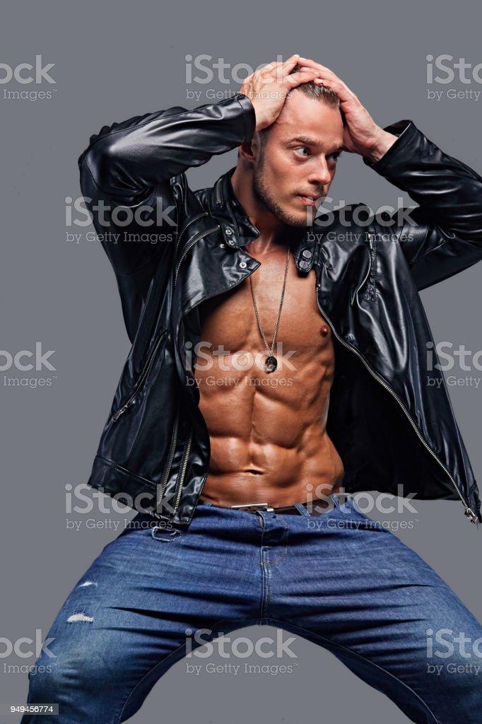 f9b21a6d4ec Photo de stock de Un Homme En Veste En Cuir Et Un Jean Bleu images ...