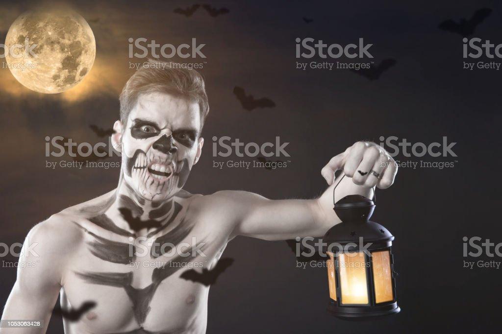 Photo De Stock De Homme En Maquillage Halloween Dessiner Un Vampire