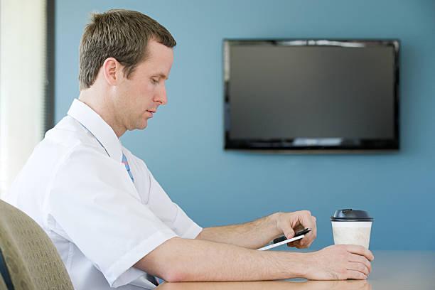 mann im meetingraum - tv wand profile stock-fotos und bilder