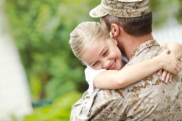 Mann, militärische uniform tragen ein kleines Mädchen – Foto