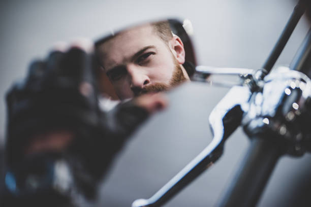 mann im motorrad-shop - motorrad männer stock-fotos und bilder