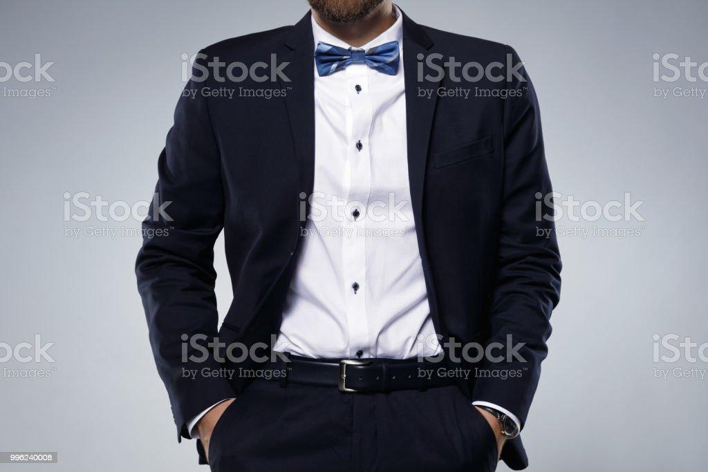 19d4c9d39b5b7 Homme en costume bleu marine avec noeud papillon photo libre de droits