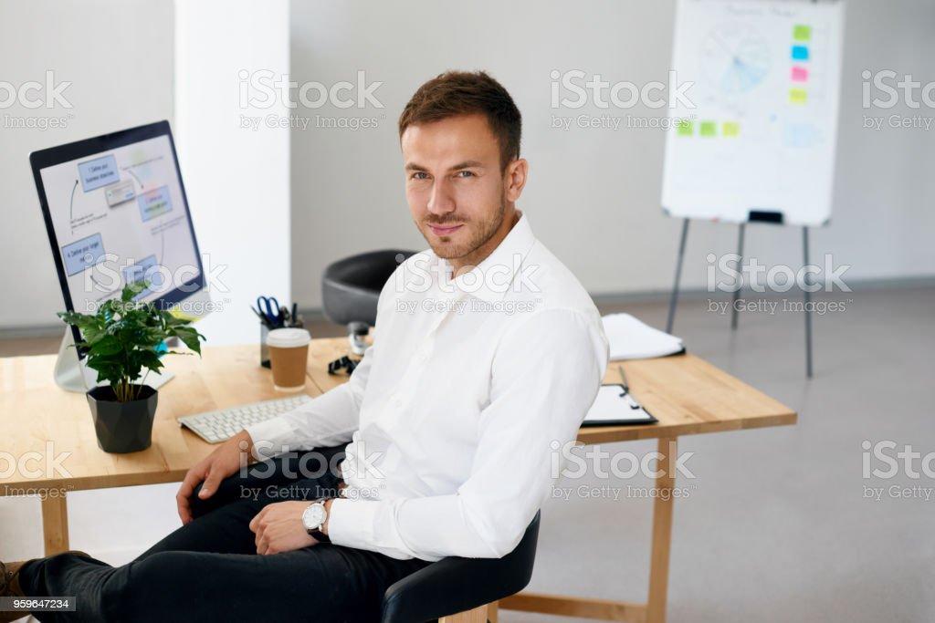Hombre en la oficina. Retrato de hombre trabajador - Foto de stock de A la moda libre de derechos
