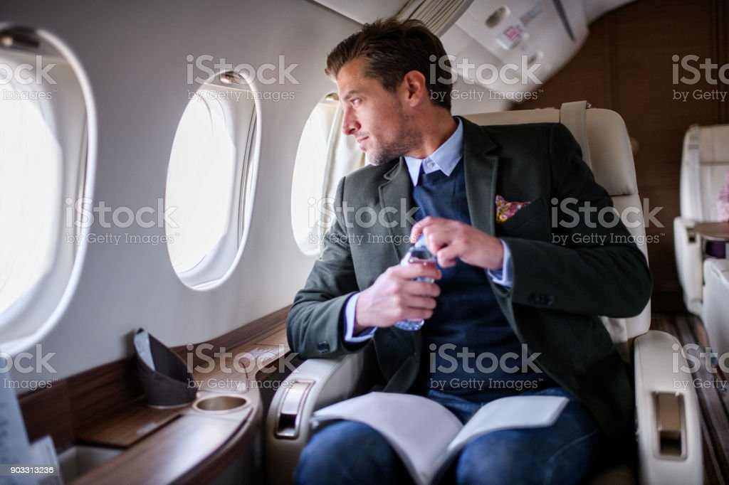 Mann im Privat-Jet Flugzeug – Foto