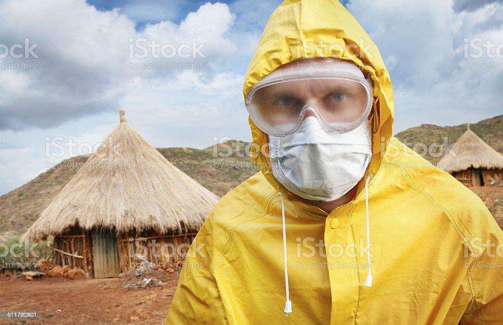 Uomo in abiti protettivi al villaggio africano - foto stock