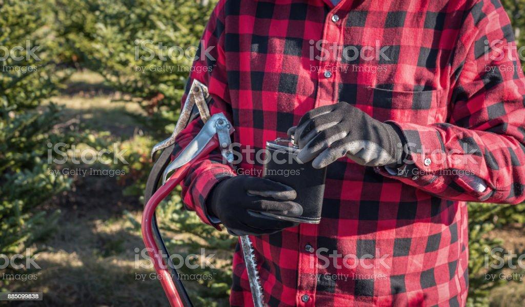homme en chemise à carreaux rouge buffalo avec le ballon et j'ai vu à Christmas tree farm - Photo