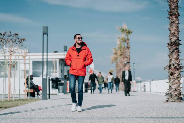 Mann in roter Kleidung zu Fuß – Foto
