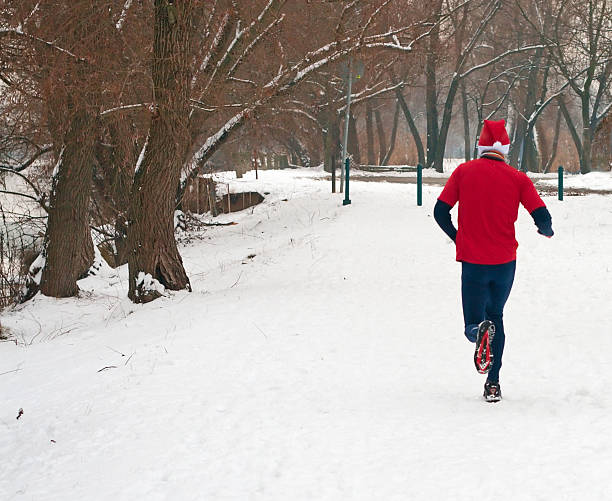 Man in red running in the snow圖像檔