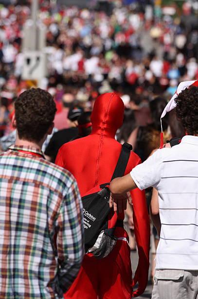 mann in anzug mit roten zephyr - morphsuit stock-fotos und bilder