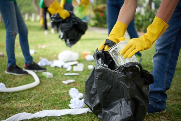 homme en gants de caoutchouc, collecte des ordures - détritus photos et images de collection