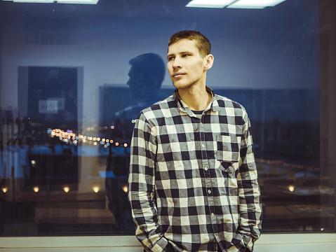 Man In Een Overhemd Reputatie In De Buurt Van Het Venster Met Reflectie Stockfoto en meer beelden van Aan het werk