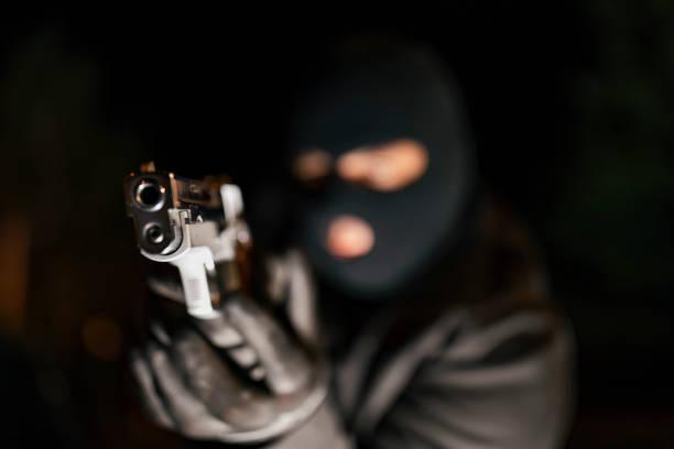 Homme dans le pistolet de fixation de masque de peau - Photo