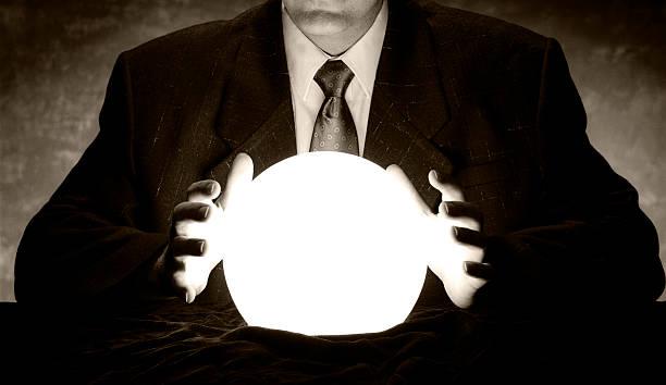 homme d'affaires de consultation éclatante de bal crystal - boule de cristal photos et images de collection