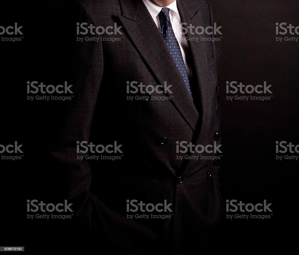 Hombre en traje en un fondo negro  Foto de estudio foto de stock libre de aba5c107841