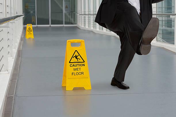 Mann in Anzug Halt auf nassem Boden – Foto