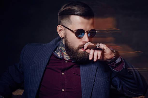 een man in zonnebril roken een sigaar. - guy with cigar stockfoto's en -beelden