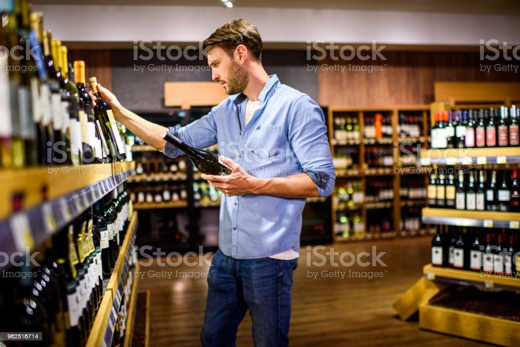 Homem no supermercado - Foto de stock de 30 Anos royalty-free