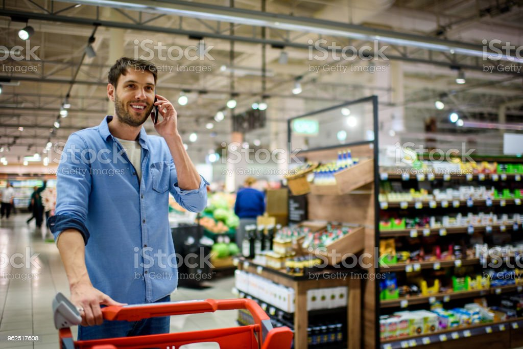Man in supermarket - Royalty-free 30-39 Years Stock Photo