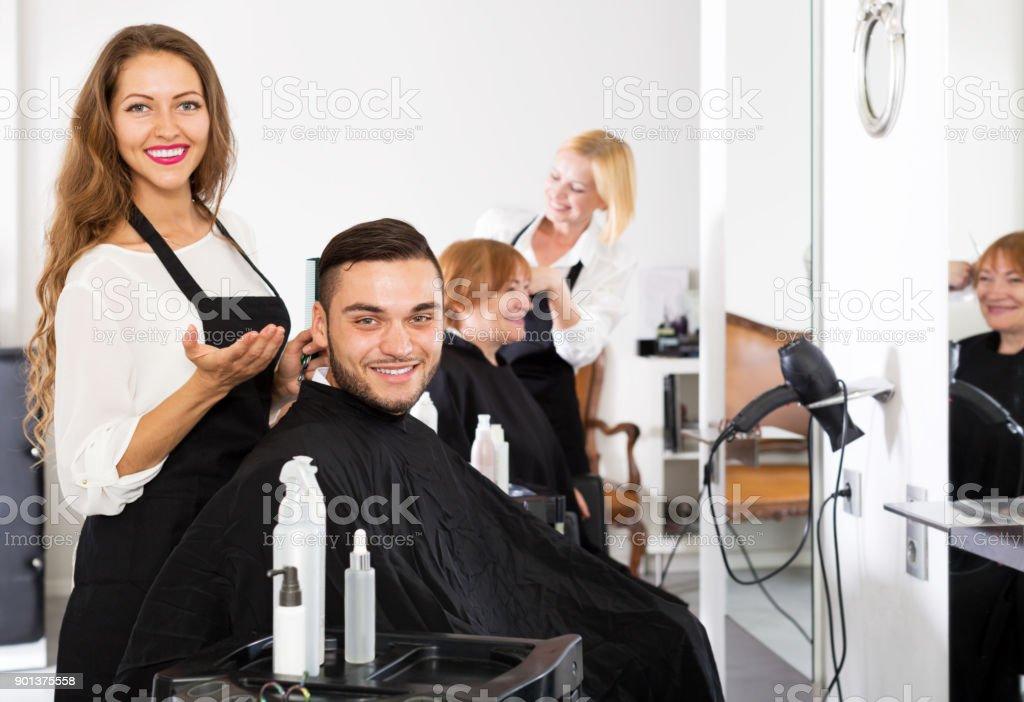 man in the barbershop - foto stock
