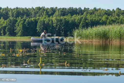 115874504istockphoto man in the boat 471621953