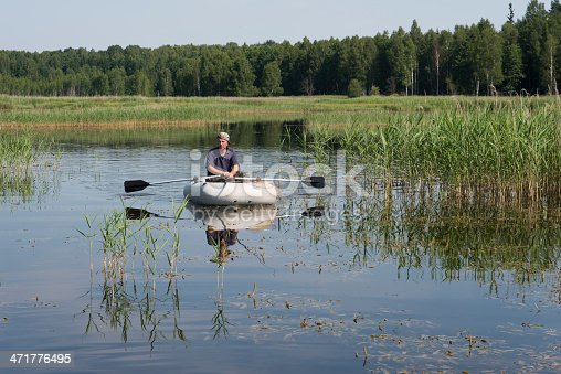 115874504istockphoto man in the boat 471776495