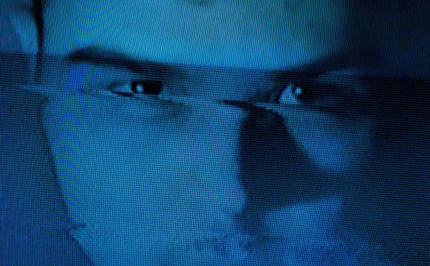 hombre en la oscuridad, efecto de fallo añadido, fallo retrato de un hombre, concepto oscuro. pantalla de error. - distorsionado fotografías e imágenes de stock