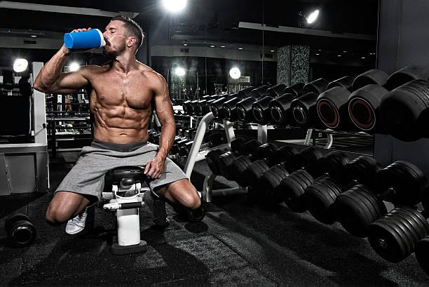 Mann im Fitnessstudio trinken Proteinshake drink – Foto