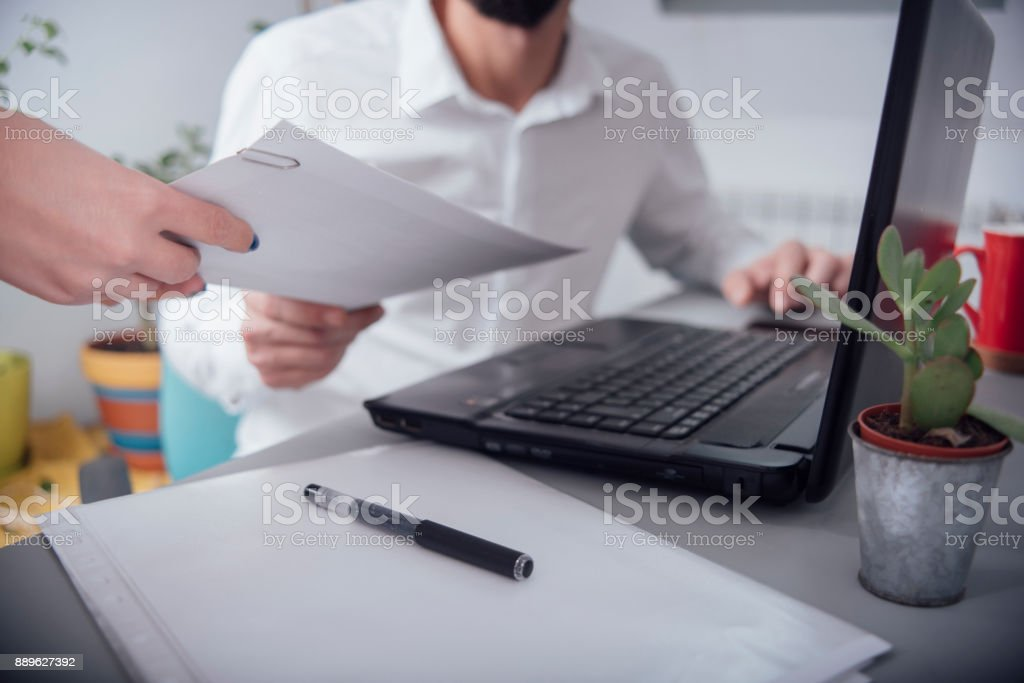 Homme au bureau donnant papier - Photo