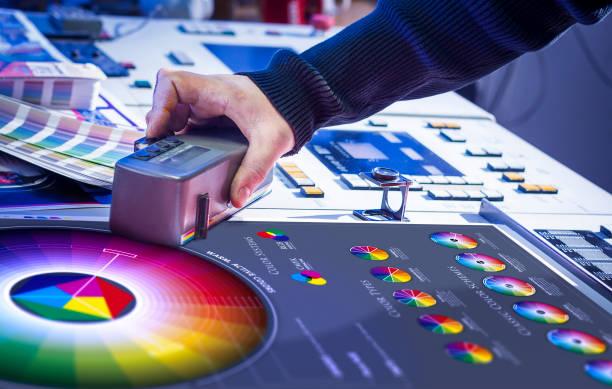 homme dans le processus d'impression offset et de correction des couleurs - presse photos et images de collection