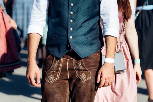 Mann in traditioneller bayerischer Kleidung auf dem Oktoberfest in München – Foto