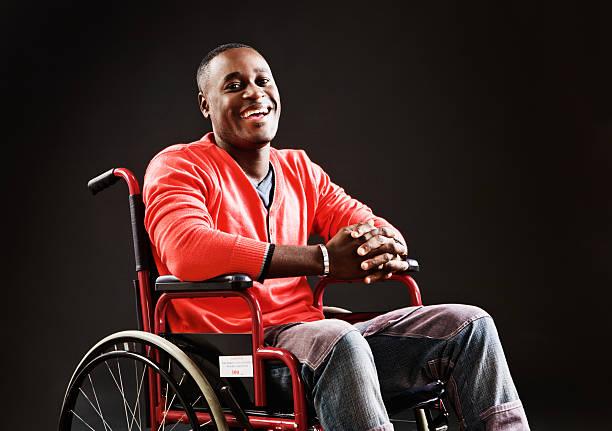 Bon homme en fauteuil roulant en riant à son sort - Photo