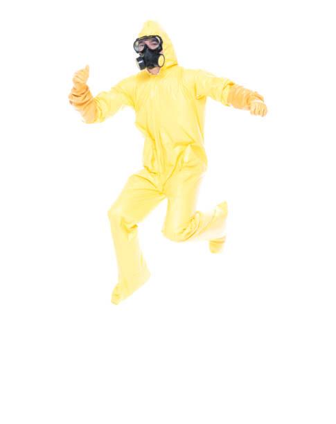 Mann im gelben Anzug springt – Foto
