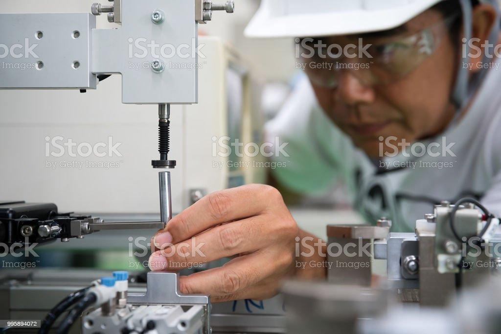 Man industrial engineer. - Zbiór zdjęć royalty-free (Analizować)