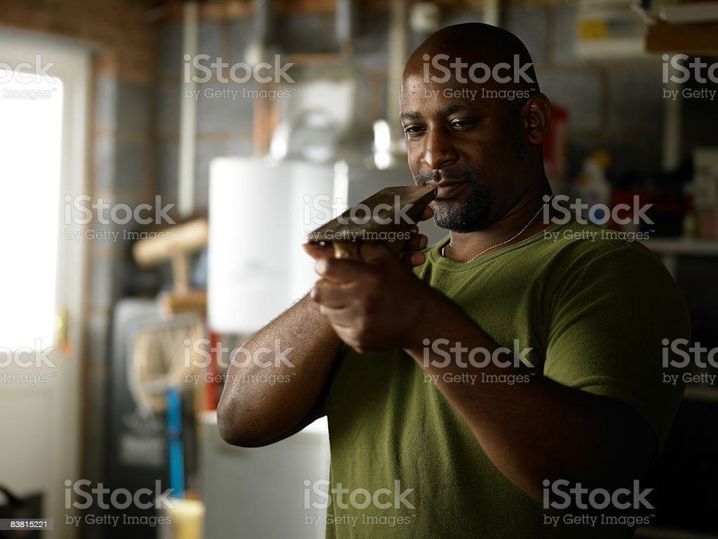 Homme inspectant les boiseries outil photo libre de droits