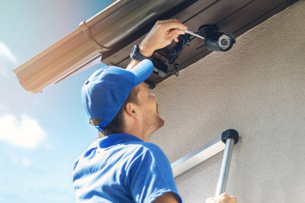 man install outdoor surveillance ip camera for home security - security stock pictures, royalty-free photos & images
