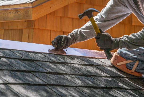 człowiek instalujący dach asfaltowy - naprawiać zdjęcia i obrazy z banku zdjęć