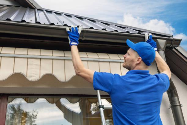 człowiek instalacja domu dach kanalizacji systemu rynny deszczowej - naprawiać zdjęcia i obrazy z banku zdjęć