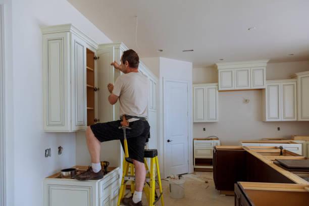 man installera köksskåp dörr - husutbyggnad bildbanksfoton och bilder