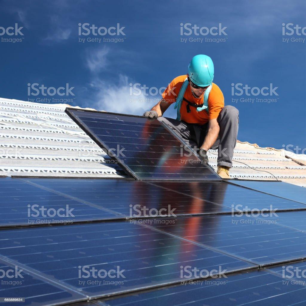 Man installing solar panels – Foto