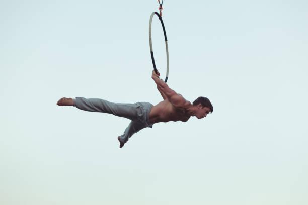 der mensch ist ein akrobat hoch in den himmel. - trapez stock-fotos und bilder
