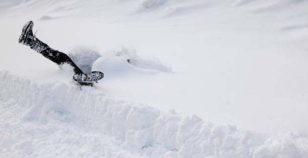 man faller huvudstupa in i djup snö. begreppet winterly hala förhållanden. - snötäckt bildbanksfoton och bilder